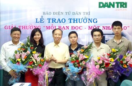 Nhà báo Phạm Huy Hoàn - Tổng biên tập báo điện tử Dân trí tặng hoa tới những độc giả đoạt giải.