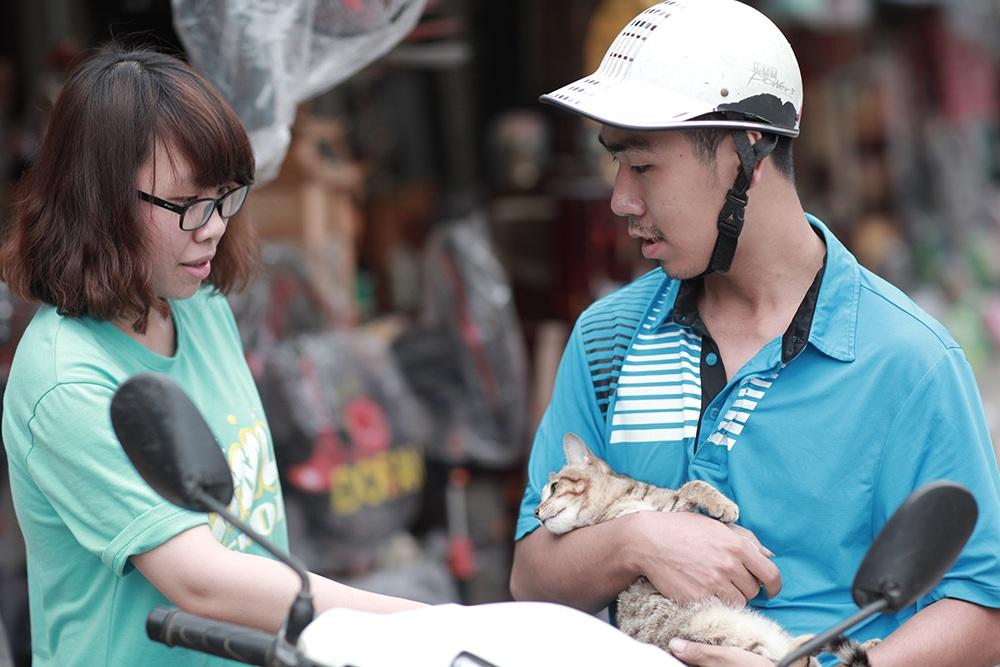 Phạm Nam Long, một tình nguyện viên đang nhận một chú mèo bị bỏ rơi
