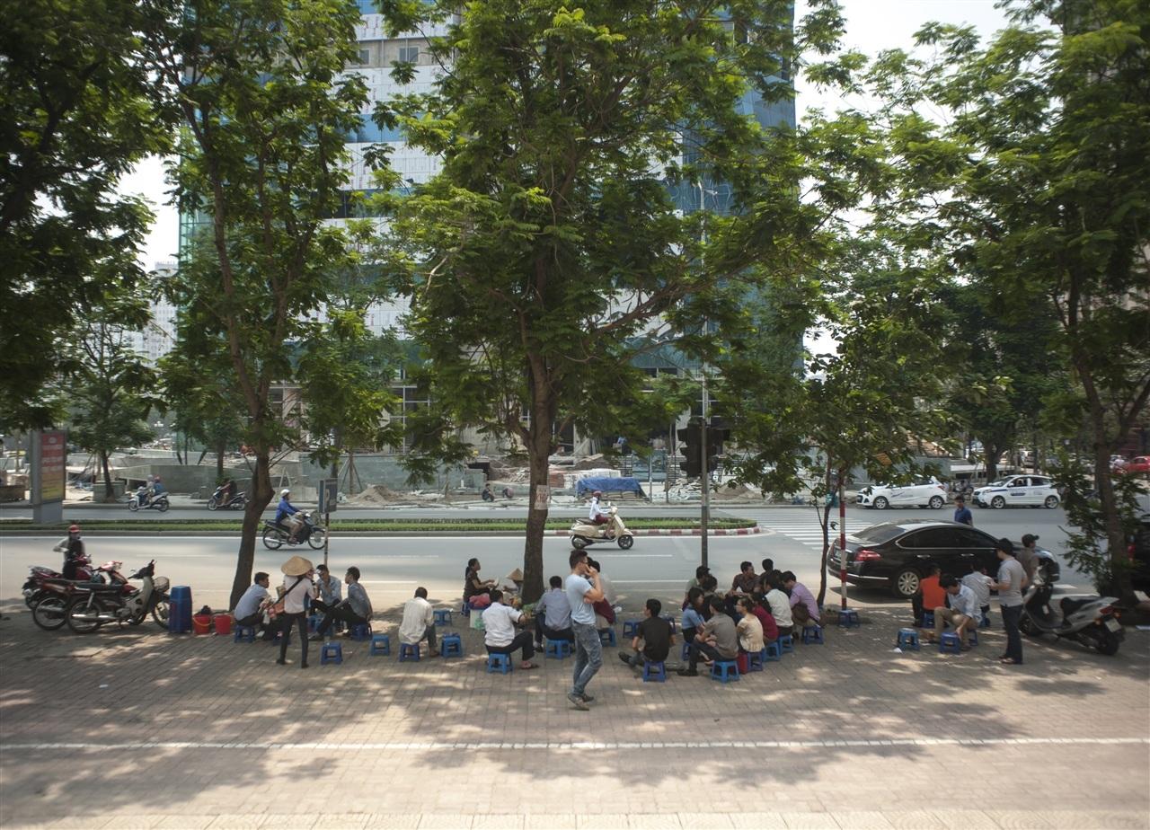 Những nơi có bóng râm luôn đông người nghỉ trưa
