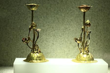 Chân nến hình khóm sen, thuộc bộ sưu tập hiện vật Cung đình Triều Nguyễn.