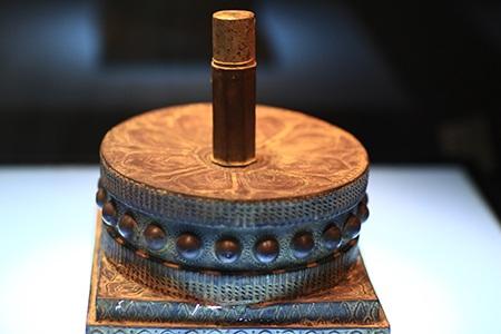 Mũ trang trí cánh sen - thuộc văn hóa Chămpa ở thế kỷ XVII-XVIII.