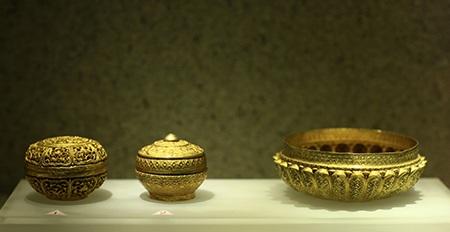 Hộp chạm hoa lá trong ô cánh sen và hộp trang trí nổi bằng cánh sen, chất liệu vàng.