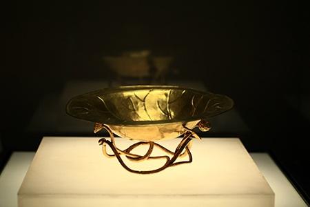 Chậu bằng vàng (TK 19 - 20) thuộc bộ sưu tập cổ vật Cung đình Huế.