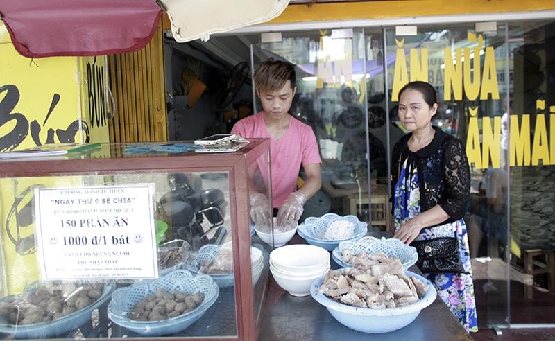 Những suất ăn chỉ 1000 đồng khiến những người lao động nghèo ấm lòng hơn bởi tình người