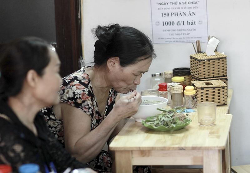 Bún bò Huế 1.000 đồng giữa thủ đô giúp người nghèo ấm lòng hơn