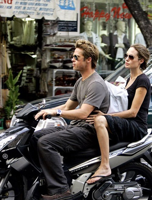 Cặp đôi nổi tiếng bậc nhất Hollywood gây ấn tượng khi đi xe máy ở Việt Nam.