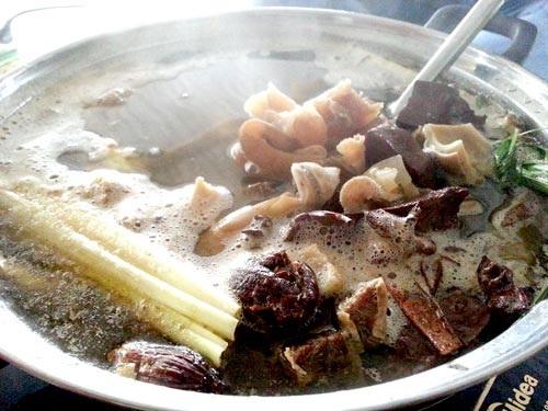 Món nậm pịa có màu sắc không bắt mắt được ăn nóng kèm rau sống.