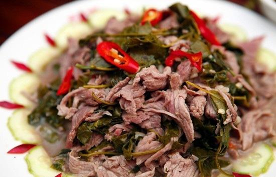 Thịt trâu lá lồm là món ăn đặc trưng không thể bỏ qua khi đến Tây Bắc.