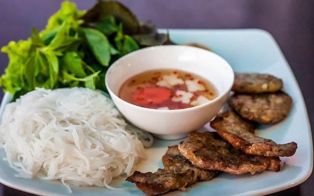 Không du khách nào đến Việt Nam mà không một lần thử qua bún chả.