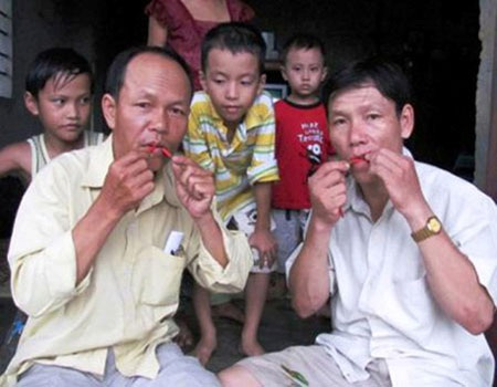 Hai anh em Bùi Ngọc Vinh - Bùi Ngọc Khánh trổ tài ăn ớt.