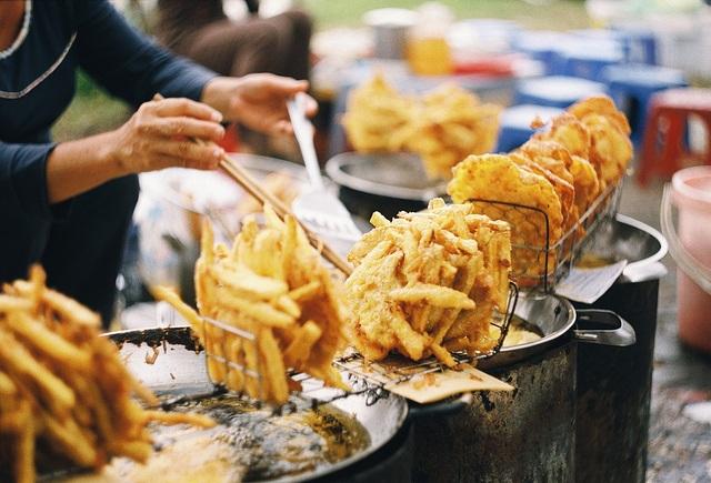 Hàng bánh khoai, bánh chuối,… thu hút ánh nhìn của người đi đường.