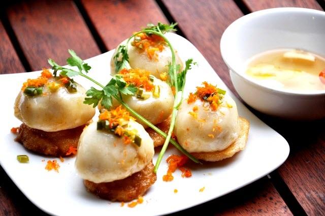 Món ăn được kết hợp từ bánh ram và bánh ít.