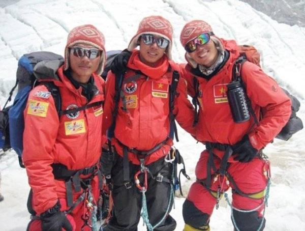 Ba chàng trai Phan Thanh Nhiên, Bùi Văn Ngợi và Nguyễn Mậu Linh (từ trái sang phải) bắt đầu hành trình chinh phục Everest. (Ảnh: FBNV)
