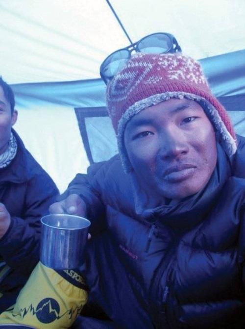 Mặt của Phan Thanh Nhiên bị sạm đen vì bỏng lạnh. (Ảnh: FBNV)