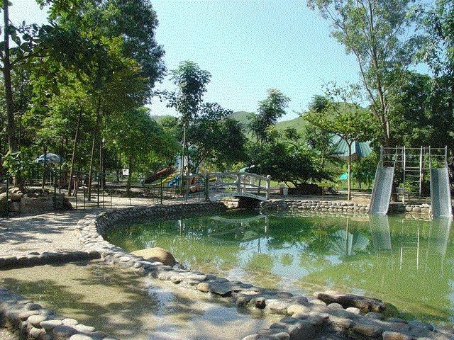 Tắm suối nước nóng thích hợp cho cả người lớn và trẻ em. (Ảnh: diemthamquan)