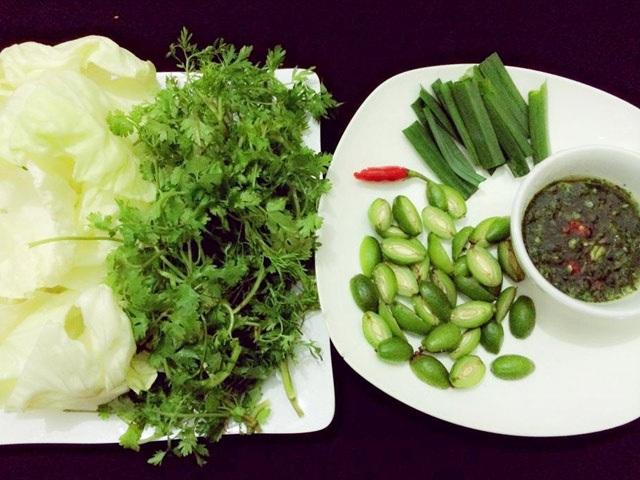 Thực khách có thể thưởng thức bắp cải cuốn nhót xanh như món ăn chơi thú vị.