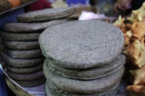 Bạn có thể thưởng thức bánh tại các phiên chợ hay mua về làm quà.