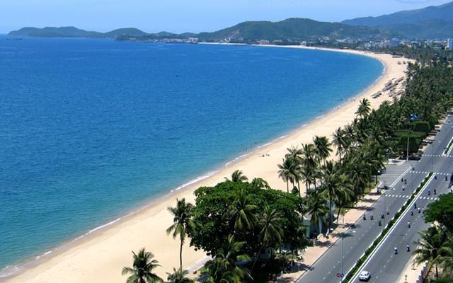 Bãi biển trải dài với bờ cát trắng. (Ảnh: Internet)