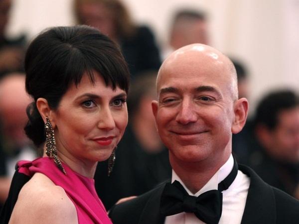 Chính vì vậy, chỉ sau 3 tháng tìm hiểu Mackenzie, Jeff Bezos đã quyết định đính hôn với cô. Cặp đôi tiến hành kết hôn sau đó 3 tháng. Tính đến thời điểm hiện tại, ông vẫn luôn ca ngợi đây là quyết định sáng suốt nhất trong cuộc đời của mình.