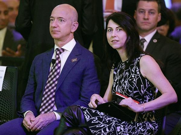 Hiện tại, MacKenzie đang hoạt động với tư cách là một tiểu thuyết gia. Khi nhận thấy vợ cần không gian riêng tư để viết, Bezos thường đưa cô đến một căn hộ nhà, kín đáo, nơi cô có thể tập trung cho đến khi lũ trẻ trở về từ thường học. Nhận xét về đức lang quân, MacKenzie cho biết, ông là 'độc giả tuyệt vời nhất' trong cuộc đời của mình.