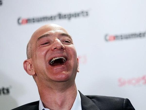 """Trong khi đó, MacKenzie lại ấn tượng với sự thân thiện của Jeff Bezos. """"Suốt cả ngày, tôi luôn nghe thấy tiếng cười sảng khoái từ phía anh ấy. Làm sao có thể không yêu điệu cười như vậy được?"""" – cô chia sẻ."""