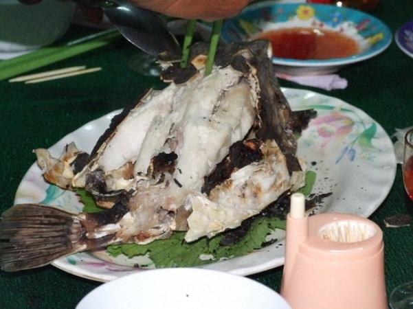 Nướng cá bò hòm đến khi vỏ cháy xém đều, nứt ra, lộ những thớ thịt trắng thơm ngon.