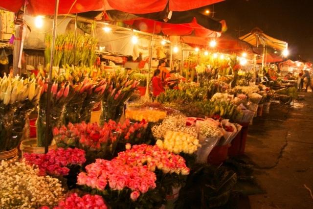 Chợ hoa Quảng Bá rực rỡ mỗi dịp Tết đến Xuân về. (Ảnh: H.N)