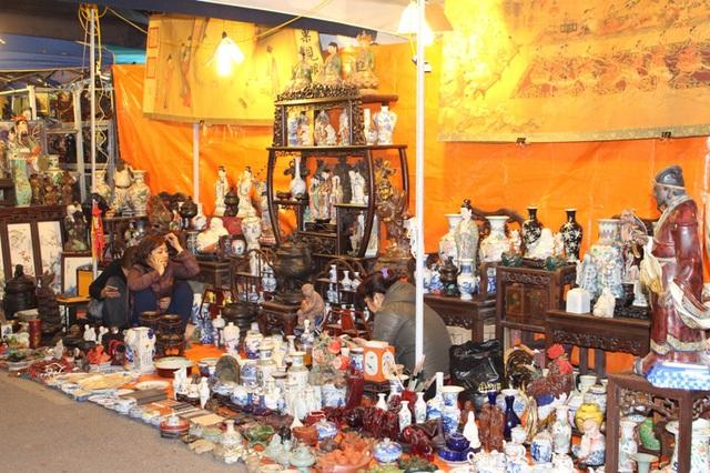 Chợ bày bán rất nhiều mặt hàng, từ các loại đồ thờ, tượng Phật … đến các vật dụng hàng ngày như bát, đũa, dao, nĩa...(Ảnh: H.N)