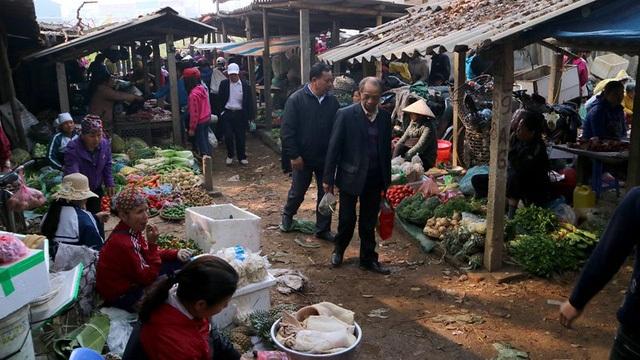 Chợ Tết mang đậm không khí dân dã của vùng quê đồng bằng Bắc Bộ. (Ảnh: vietnamnet)