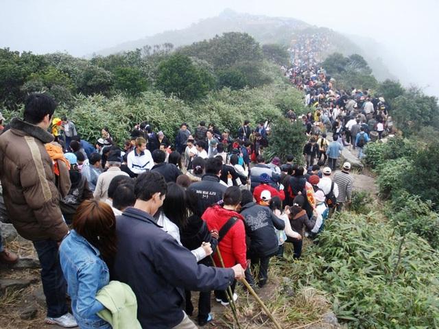 Dòng người đông đúc đi chùa Yên Tử. (Ảnh: Internet)