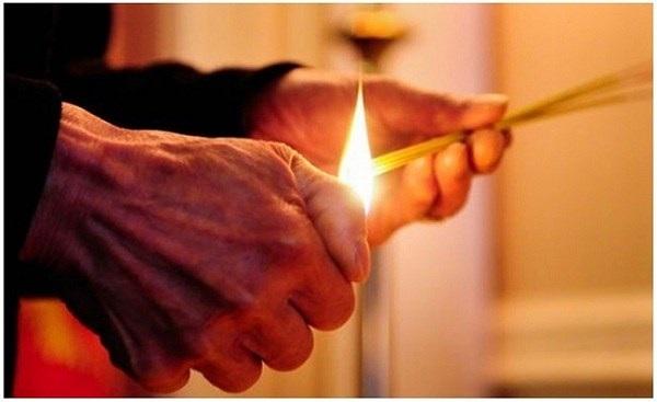 Việc thắp hương ngày Tết được nhiều gia đình chú trọng. (Ảnh minh họa)