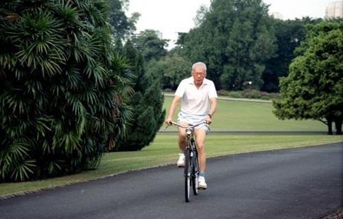 Khi sức khỏe còn cho phép, ông vẫn tập thể dục buổi sáng trên xe đạp cũ