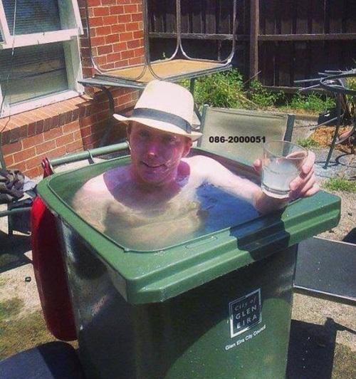 Trời đã nóng, ở đâu cũng có thể trở thành bể bơi giải nhiệt