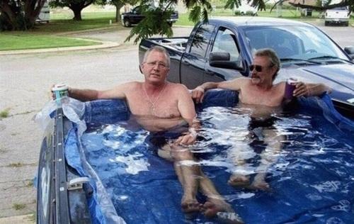 Tận dụng xe hơi cũ làm bể bơi di động