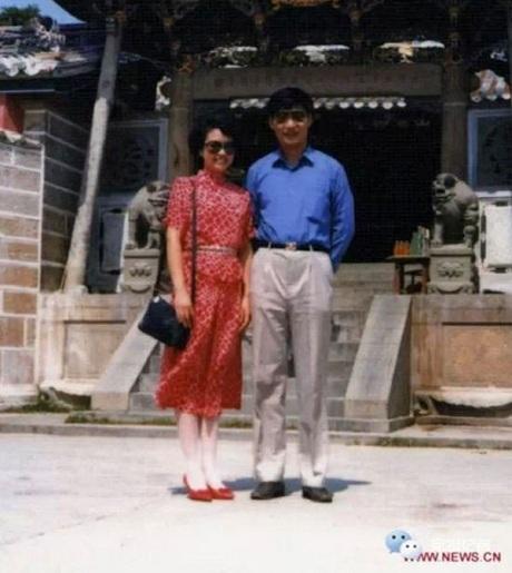 Một bức ảnh cũ của hai vợ chồng ông Tập Cận Bình và bà Bành Lệ Viện được