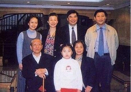 Ông Tập và con gái chụp ảnh cùng đại gia đình (Nguồn: