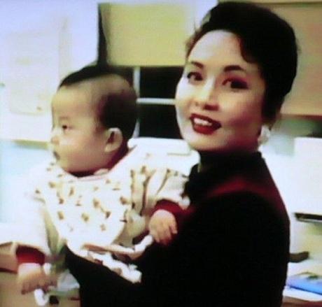Bà Bành Lệ Viện và con gái trong một bức ảnh không rõ ngày tháng (Nguồn: