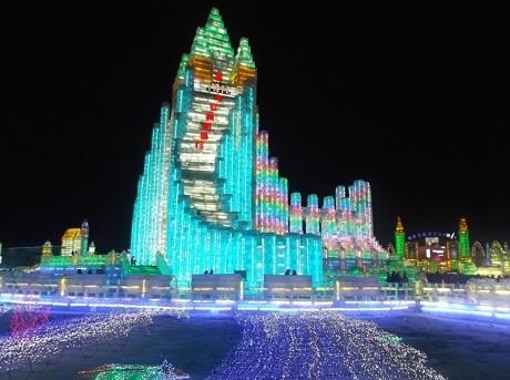 Hàng trăm ngàn du khách đã đổ về Cáp Nhĩ Tân để ngắm vương quốc băng khổng lồ. (Ảnh: