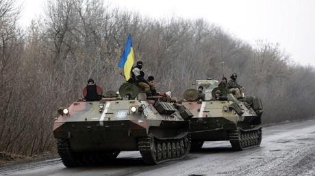Xe thiết giáp của quân đội Ukraine tiến về thị trấn Artemivsk, đông Ukraine. (ảnh: