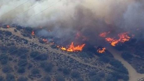 Thời tiết hanh khô khiến đám cháy lan rộng ra khu vực lân cận. (Ảnh: