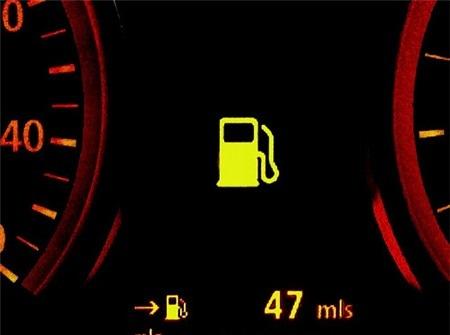 Ở một số mẫu xe đời cao và ở phân khúc cao cấp, đồng hồ báo hết xăng có thể cung cấp cả quãng đường còn lại trước khi dừng để đổ xăng. Hệ thống này dùng cảm biến từ phao xăng để cập nhật thông tin tới ECU, và điều kiện vận hành (tốc độ cao, độ nghiêng, tốc độ...) sẽ có ảnh hưởng tới thông số này.