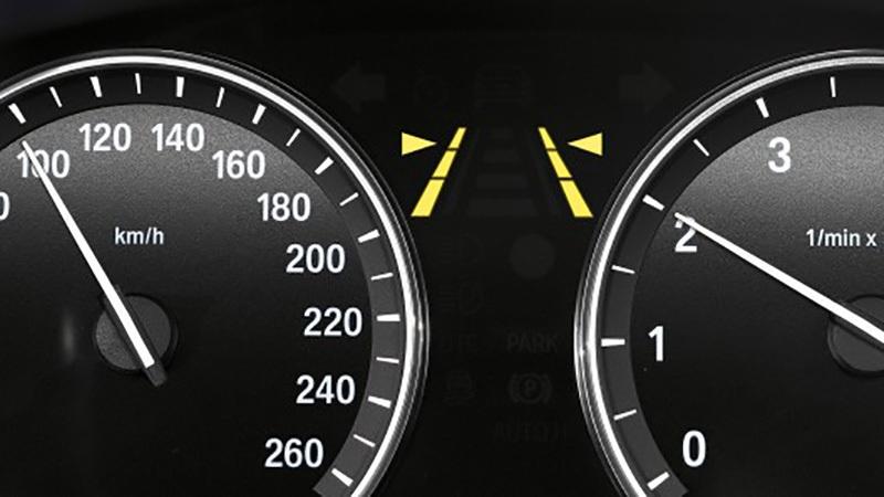 Hệ thống cảnh báo làn đường đã có trên một số mẫu xe hạng sang, với các mức độ khác nhau; cảnh báo chệch làn, hỗ trợ đánh lái...