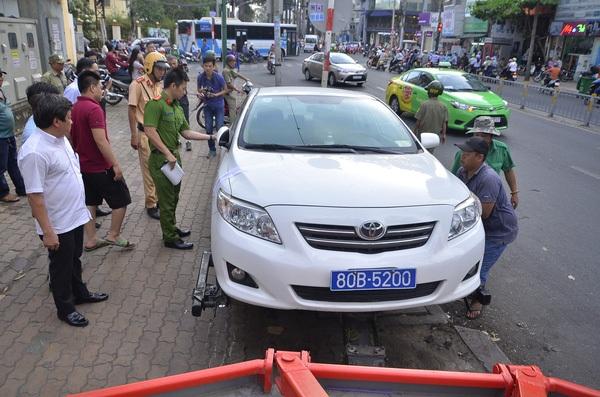 Một chiếc xe ôtô bị kéo về xử lí tại Quận 1, Tp Hồ Chí Minh - Ảnh Đình Thảo