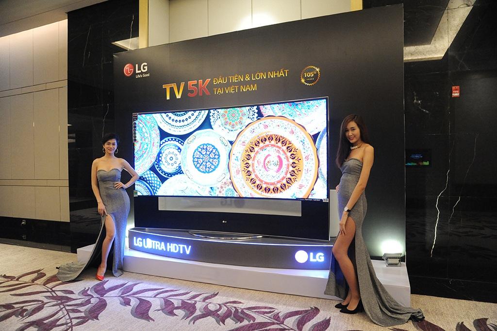 TV màn hình cong 5K 105 inch đầu tiên xuất hiện tại Việt Nam có giá tới 2 tỷ đồng