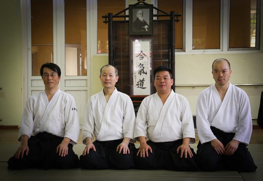 Võ sư Hiroyuki Sakurai (thứ 2 từ phải sang) trong buổi tập huấn.