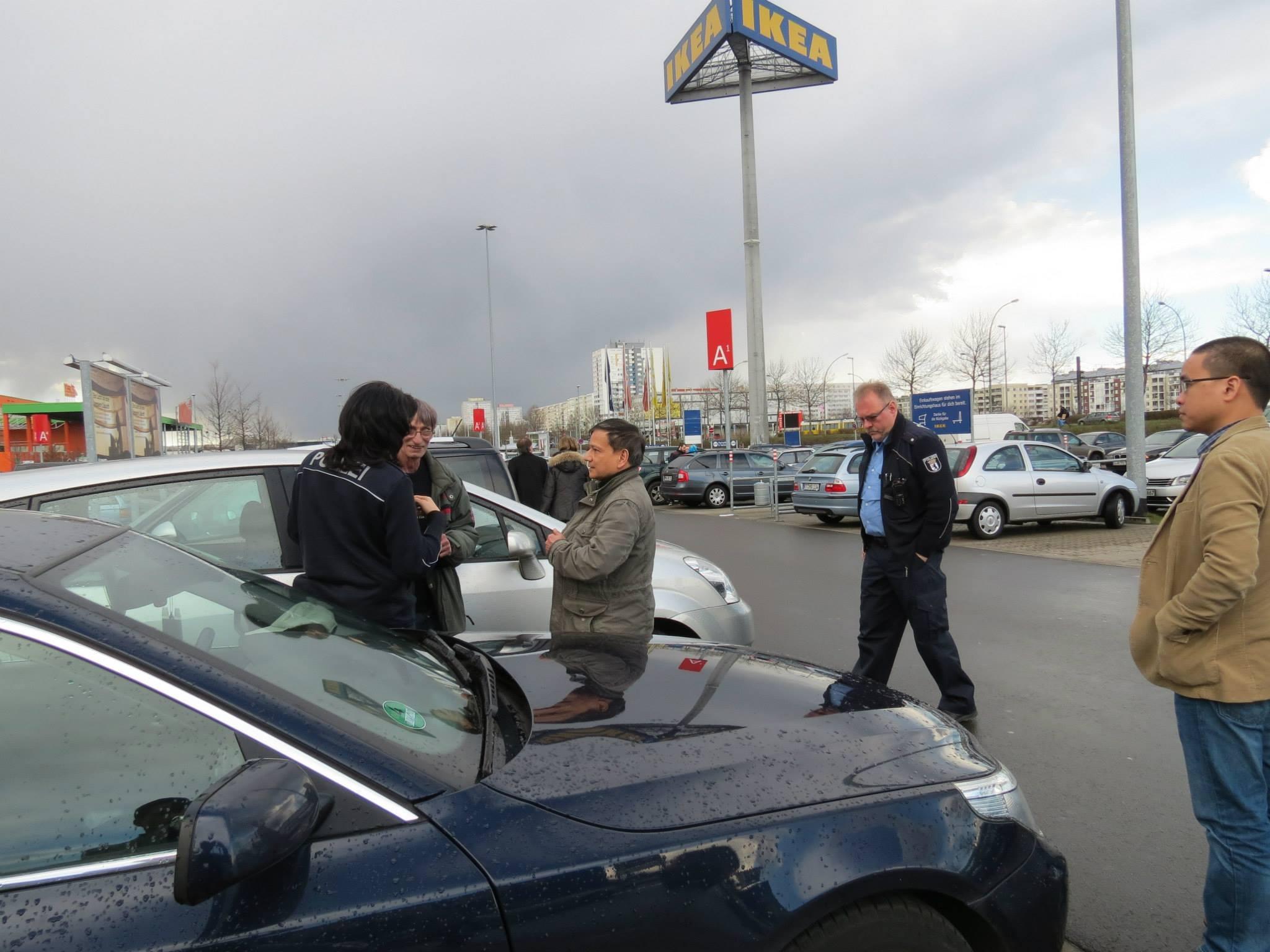 Đúng 5 phút sau cảnh sát đến, chào hỏi nhẹ nhàng, ghi biên bản và chụp ảnh đầy đủ.