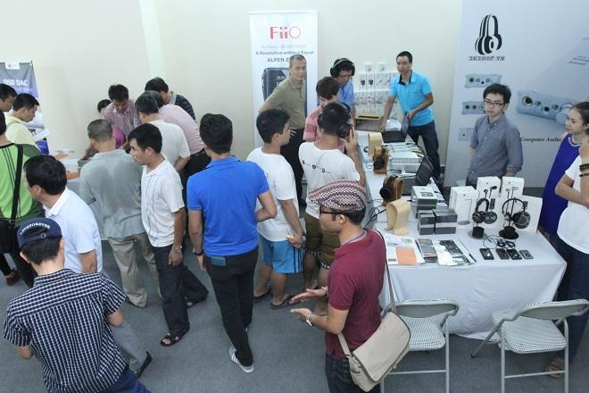 Nhiều người quan tâm đến headphone tại không gian của 3KShop.
