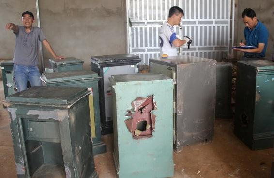 Lực lượng chức năng đang khám nghiệm một số két sắt bị đục phá trộm tài sản bên trong