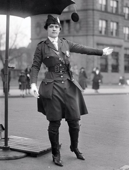 Đội bóng rổ nữ đầu tiên của trường Smith. (Ảnh chụp năm 1902)