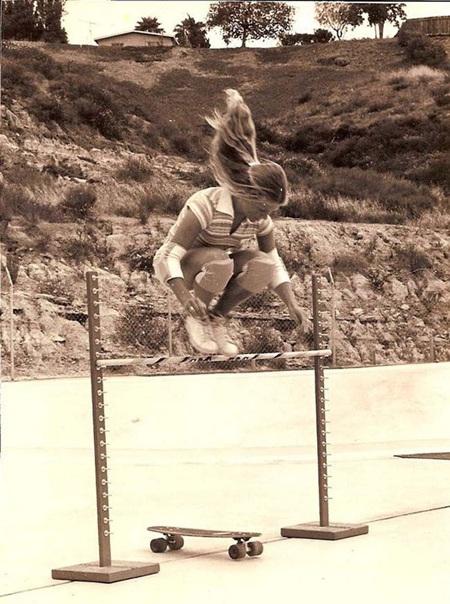 Ellen O'Neal, một trong những nữ trượt ván chuyên nghiệp đầu tiên của thế giới. (Ảnh chụp năm1976)